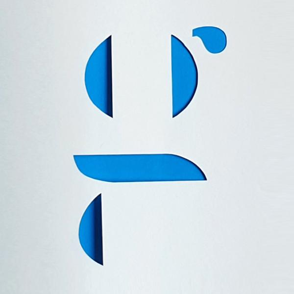 création typographique - lettre pochoir découpée